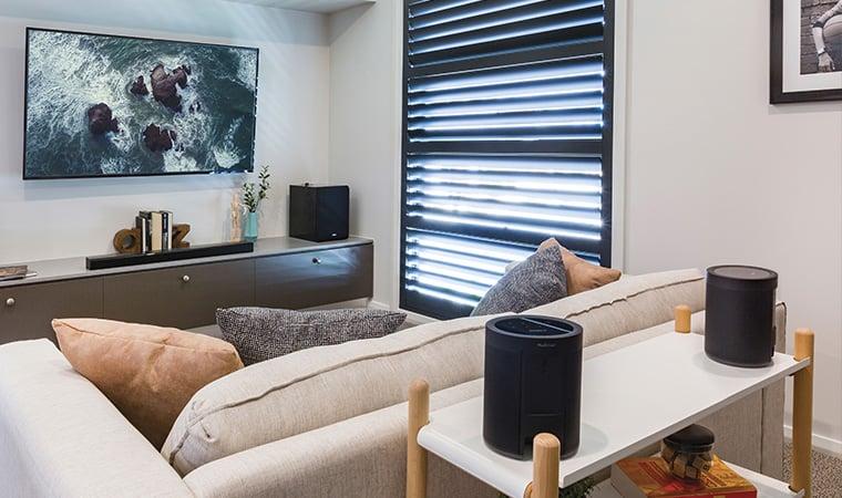 Zestaw kina domowego z bezprzewodowymi głośnikami surround