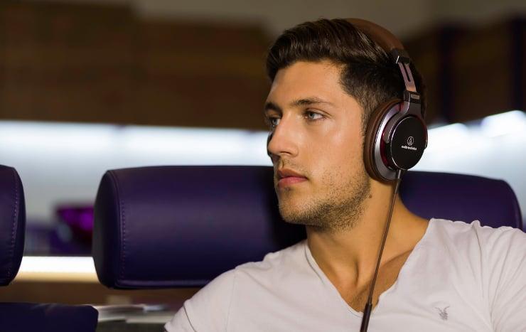 Audio Technica słuchawki MSR7 chłopak ze słuchawkami