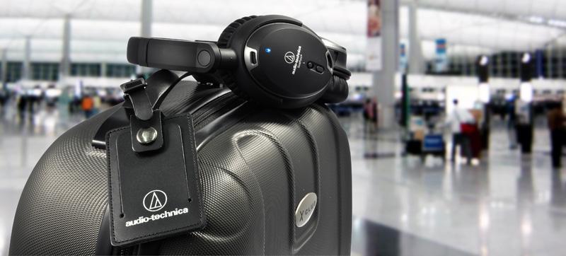 Audio Technica ATH-ANC9 na walizce na lotnisku