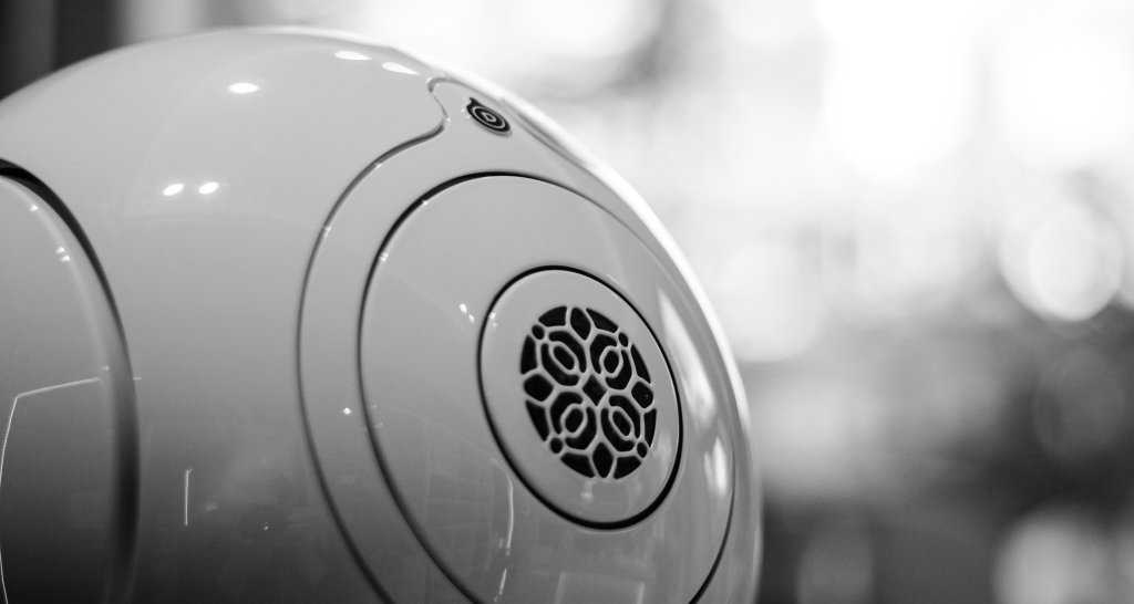 Devialet Phantom Gold Implosive Sound Center Lifestyle