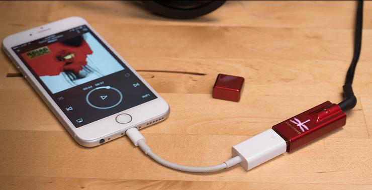 AudioQuest DragonFly podłączony do smartfona za pomocą adaptera